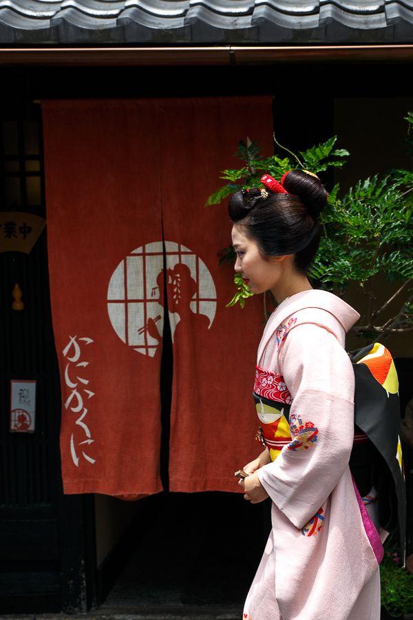 6月3日 祇園甲部の中支志さんから小なみちゃんが見世出しされました。 夏の走りの好天の中、スラっとしたスタイルと少しあどけなさの残る面立ち、素敵な舞妓さ...