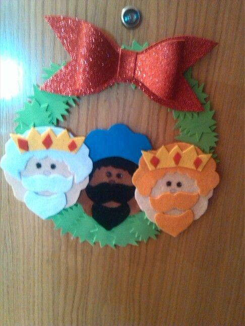 Corona de los tres reyes magos hechos con goma eva y fieltro.