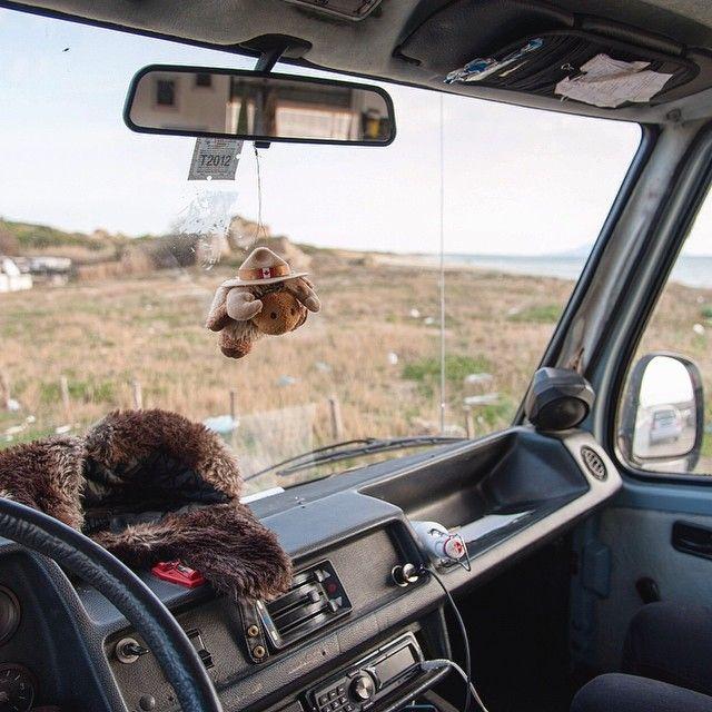 Environs de Rome Italie. A van's life! De retour avec Keekoh le vent dans les voiles on part à la découverte des détours qui jalonnent notre chemin. La route nous appelle l'aventure ne fait que commencer. Libre c'est un mot qui me revient en tête quand j'aperçois un paysage différent chaque matin. Seul avec ma blonde mon van et la synchronicité de ma vie. -- Tu veux suivre nos aventures curieux? Viens voir notre page http://ift.tt/1ALo9cT -- #detourlocal #photooftheday #instagram…