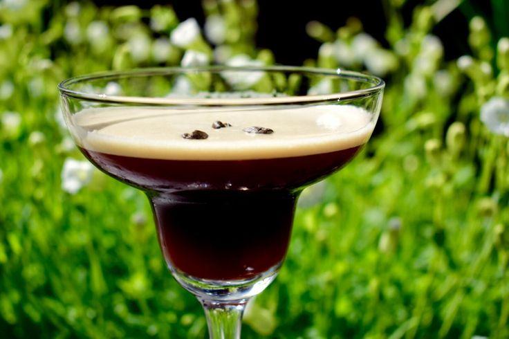 Espresso Martini, JA TAKK. En perfekt liten kaffe cocktail som gir deg energi til langt ut i de sene nattetimer :-) Dette er den sofistikerte, sexy og langt bedrealternativet til en Irish coffee.…
