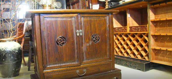 komoda kolonialna z drewna tek w tle barek orientalny