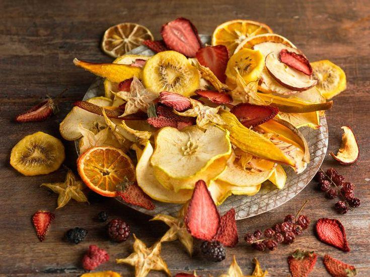 Découvrez la recette Chips de fruits au four sur cuisineactuelle.fr.
