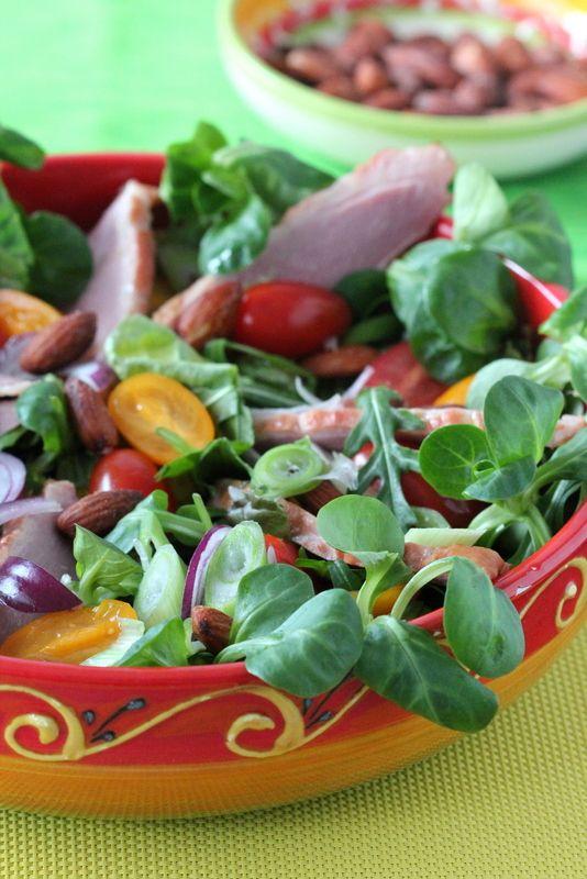 Trek in een lekkere maaltijd #salade?  Gerookte eendenborstfilet salade met geroosterde amandelen Ingrediënten: • zakje veldsla • zakje slamelange • 1 gerookte eendenborstfilet (of gerookte kipfilet) • 1 rode ui (en/of 1 bosui) • rode en gele snacktomaten • geroosterde en gezouten amandelen • dressing van 1 el rode wijnazijn, 1 tl mosterd, 3 el olijfolie, zout en peper (eventueel wat honing) (Recept staat hieronder)