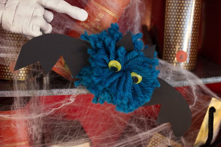 Une chauve-souris suspendue à votre plafond ? Voici un tuto pour en réaliser une en pompon de laine.