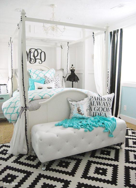 Um quarto azul turquesa, preto e  branco