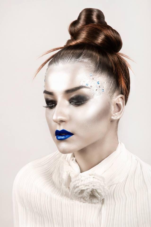 Machiaj fantasy cu argintiu si ruj albastru. #MachiajArgintiu #MachiajFantasy