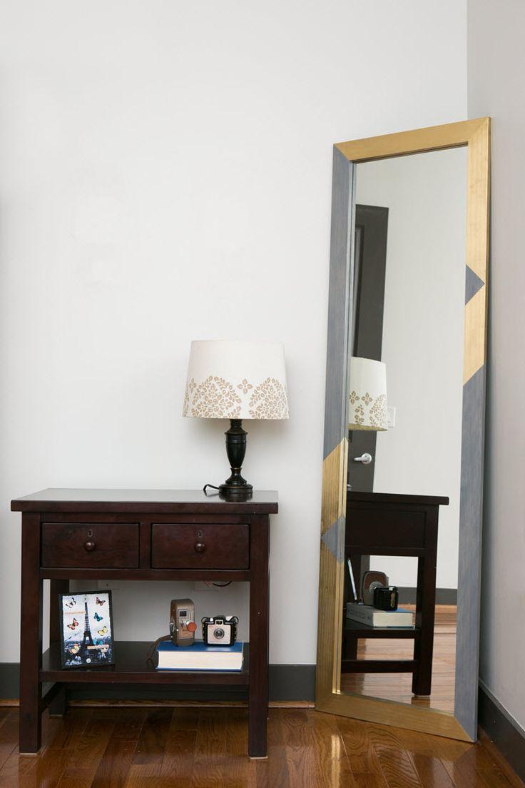 Espelho com acentos do ouro no quarto
