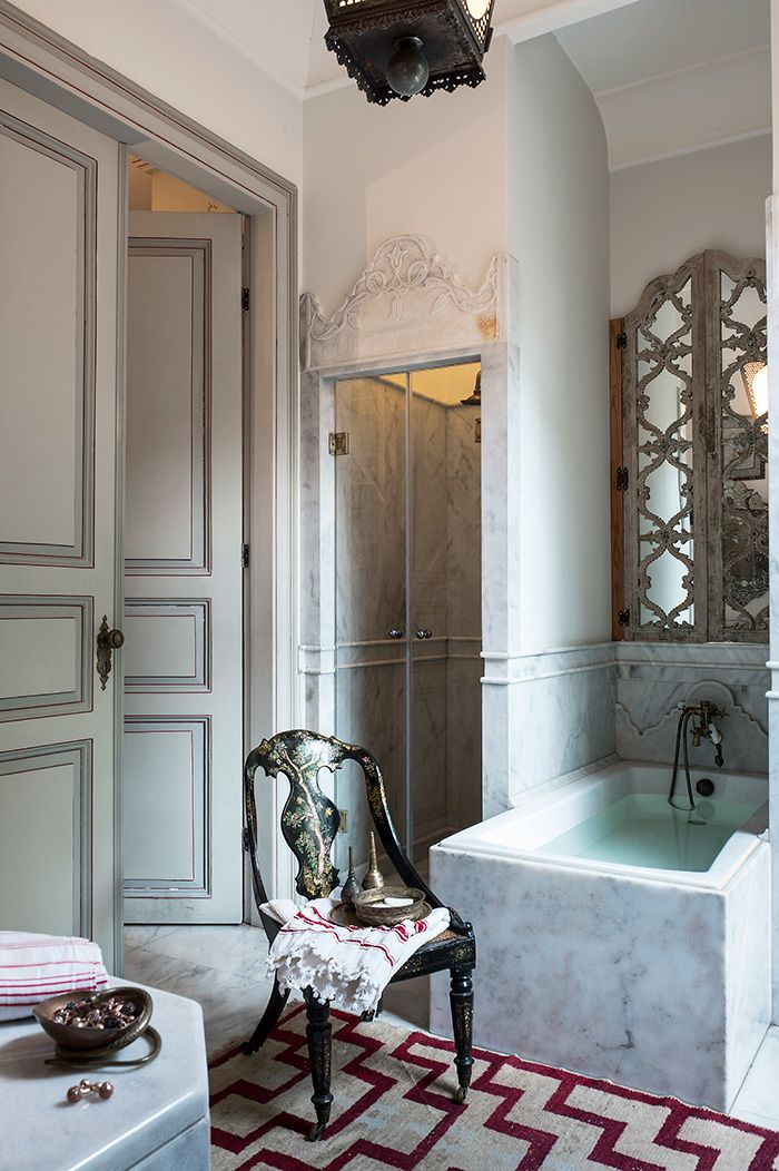 By investing a former hunting lodge, the architect of Serdar Gülgün interior was bright and very personal synthesis of diverse influences. Witness this bathroom, all in marble of Marmara, typical traditional interiors Istanbul that includes a shower and a bath and a dressing room. Above the tub, a mottled window has been converted into a mirror. In the foreground, there are caned chair Napoleon III inlaid with mother. En savoir plus sur…