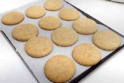 Ingredientes para 10 porciones Para la base: + 7 onzas (200 g) galletas Oreo, + 4 cucharadas (60 g) de mantequilla, derretida. Para el relleno de frambuesa: + 1 y 1/2 tazas (150 g) frambuesas, fresca o congelada, + 1/4 taza de azúcar (50 g), + 1 cucharada (15 ml) de jugo de limón, + 1 cu