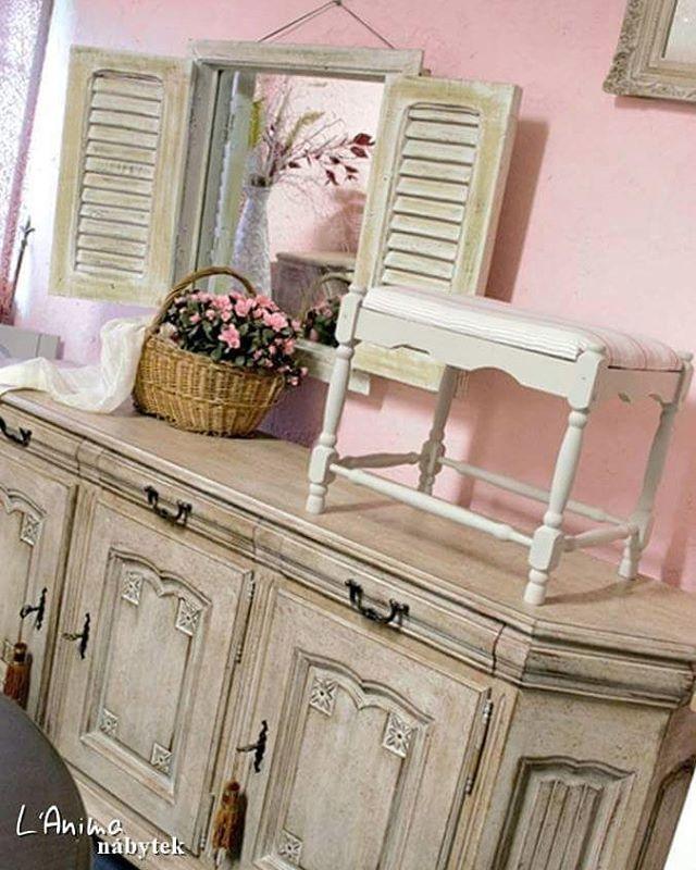 Romantika patinovaného nábytku ve venkovském stylu 💗 #nabytek #patina #venkovskystyl #provensalskynabytek #komoda #okenice #zrcadlo #dekorace #proutenykosik #ruze #animanabytek #furniture #countrystyle #shutters #miror #decorarions