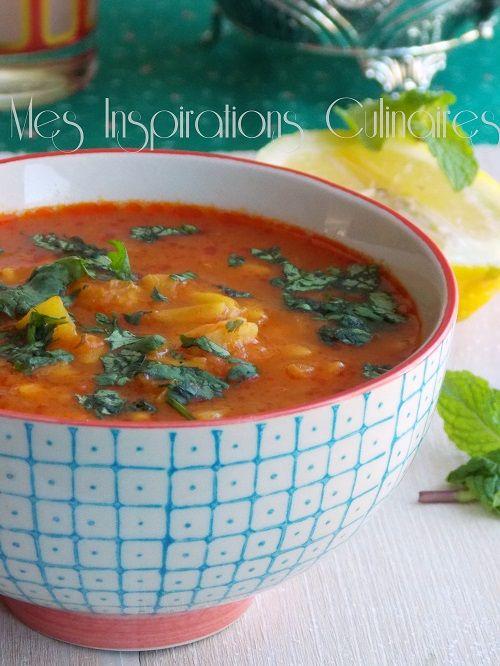 Soupe de tomate Vermicelle      1 oignon     1 petite courgette coupée en petit des     500 g de tomates (conserve)     Huile     1 poignée de pois chiche (conserve)     1 L et demi d'eau     1 cube de légumes     1 petit verre de vermicelles ou langues d'oiseaux (lsen Tir)     2 c-a-s de concentré de tomate     1 bouquet de coriandre     Sel, poivre     1 c-a-soupe de Paprika
