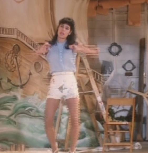 Dirty Dancing - Lisa singing Hula Hana - YouTube