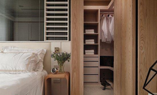 主臥室床頭也採局部玻璃隔間,自右側更衣間入口進入後可前往浴室,採二進式的動線設計。