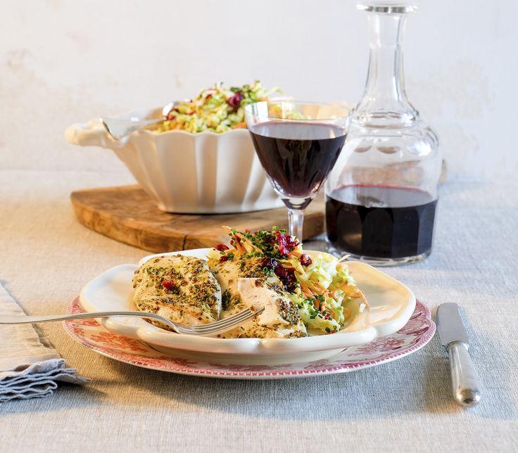 Diesen farbenfrohen und würzigen Salat kann man nicht nur als Beilage zu kurz gebratenem oder grilliertem Fleisch servieren. Er passt auch gut zu Fisch oder wird in der vegetarischen Variante mit in der Schale gebratenen oder gedämpften kleinen Kartoffeln ergänzt.