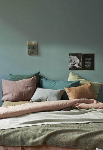 ダスティカラーの中でも少し暗めな色だと、カラフルなのに不思議と落ち着いた空間になります。寝室にもおすすめ。