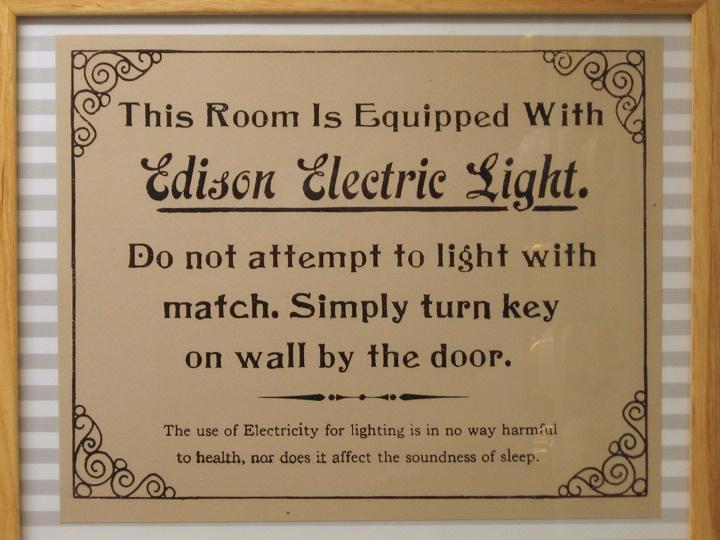 Novas tecnologias precisam ser explicadas.:  Memories Tablet, Signs, Lights Switch, Electric Lights, Trav'Lin Lights, Brass, Edison Electric, Reading Rooms,  Plaques