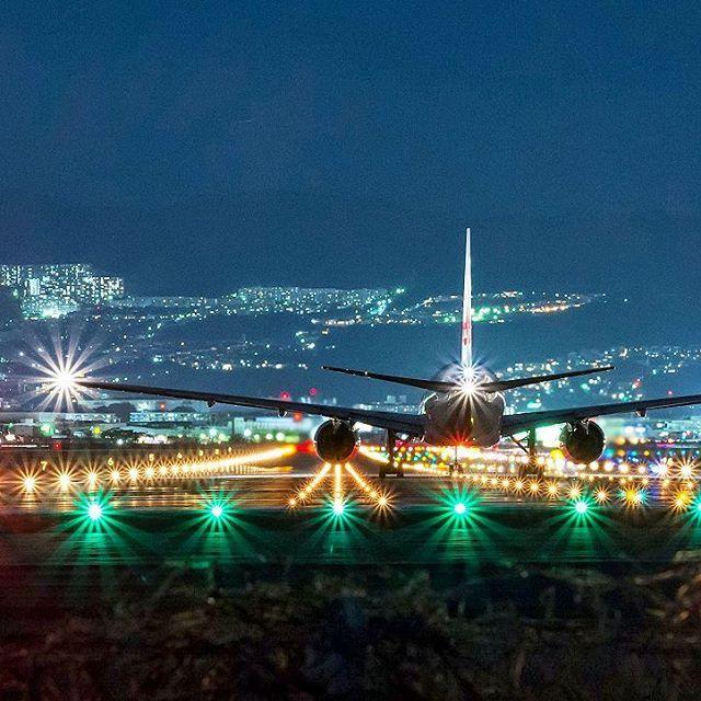 Instagram【jimkko】さんの写真をピンしています。 《朝から夜の出発便✈📷😄 やり過ぎてます✴😅 #大阪国際空港 #大阪空港 #伊丹空港 #千里川堤防 #千里川土手 #ボーイング777 #boeing777 #boeing #boeinglovers #夜景 #冬》