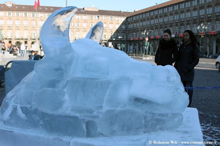 Sculture di ghiaccio: Il toro in piazza Castello. #Torino #christmas