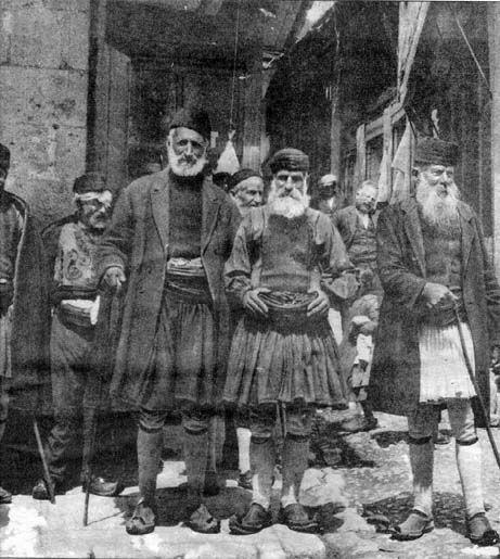 Γέροντες Τριπολιτσιώτες με φουστανέλλες. Φωτογραφία του 1900 (;). Αρχείο Ν. Γρηγοράκη.