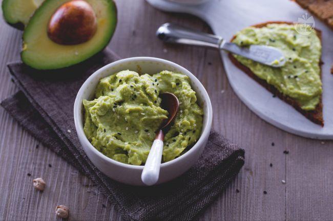 L'hummus di avocado è  una variante delicata e gustosa dell'hummus di ceci, ideale per condire panini e tartine o per accompagnare verdure e felafel.
