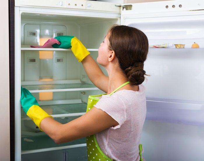 2. Éliminer les mauvaises odeurs du réfrigérateur Le citron a la capacité d'absorber les mauvaises odeurs dans le réfrigérateur. Trempez une grosse boule de coton ou une éponge dans du jus de citron. Ensuite, mettez-la dans le réfrigérateur et laissez-la pendant quelques heures. Toutefois, assurez-vous d'avoir enlevé les aliments responsables de la mauvaise odeur. -