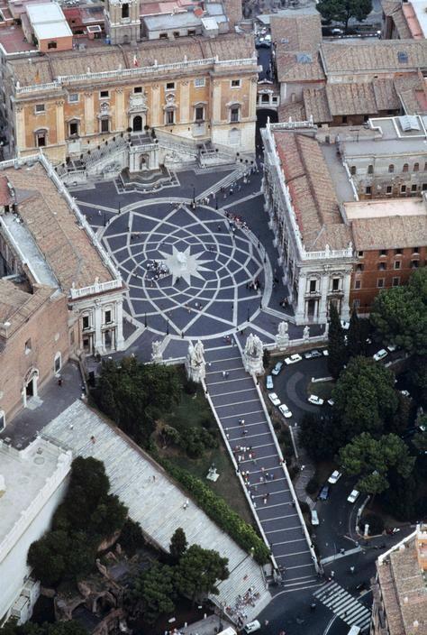 Plaza del Campidoglio, de Miguel Ángel, mandada a construir por el Papa Pablo III. http://www.viajararoma.com/?page=monumentoscentrohistorico.php