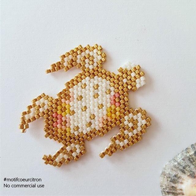 La tortue vue de plus près, elle a été créée pour l'affiche du concours. Merci à @lili_azalee pour la photo  #tortue #turtle #seaturtle #tortuedemer #dessinemoilamer #mer #sea #perlesaddict #perlesaddictanonymes #jenfiledesperlesetjassume #jesuisunesquaw #diy #handmade #brickstitch #motifcoeurcitron #miyuki #miyukibeads #perlescorner #perlesandco