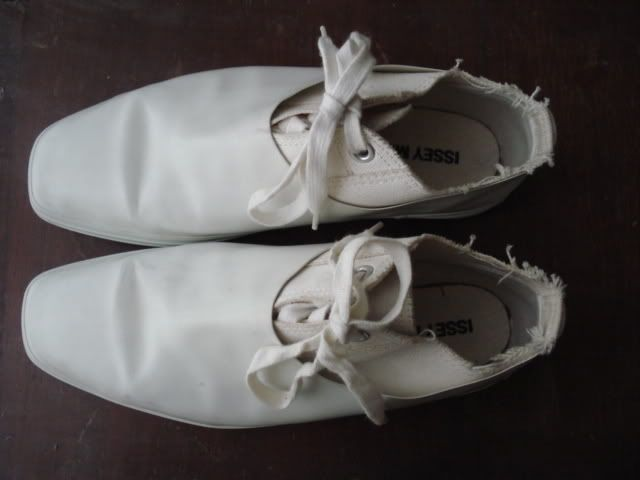 White smooth vamp shoes with laces | Issey Miyake