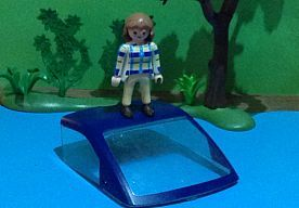 28-Jan-2015 15:21 - KIM (11) UIT BUDEL MAAKT NIEUWS MET PLAYMOBIL. Wie vaker naar het journaal kijkt, zal de scènes die Kim de Clercq uit Budel maakt met Playmobil zeker herkennen. Dagelijks maakt ze met Playmobilpoppetjes en een dosis creativiteit items uit het Jeugdjournaal na.