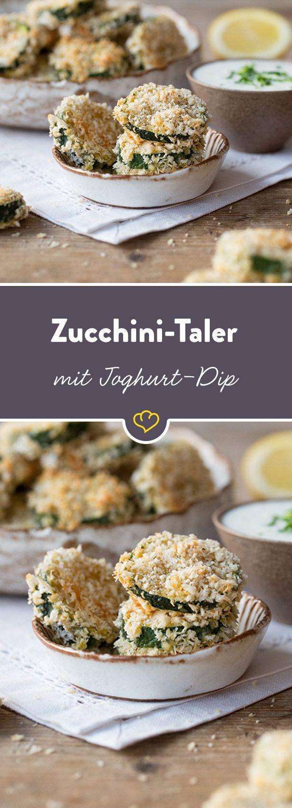 Mediterrane Leichtigkeit gepaart mit knusprigem Parmesan und leichtem Joghurt-Dip: Diesen Zucchini-Talern kann keiner widerstehen.