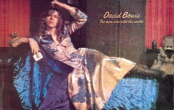 In 1970 kwam 'The Man Who Sold The World' uit, met een andere David Bowie: één die zijn haren lang droeg en pronkte met hippiemode: brede broeken, blouses en maxi-jurken.