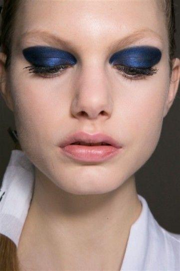 Blu metallico sugli occhi da DiorBlu metallico e nero per il trucco occhi intenso tra le tendenze beauty della Paris Fashion Week Autunno Inverno 20152016.