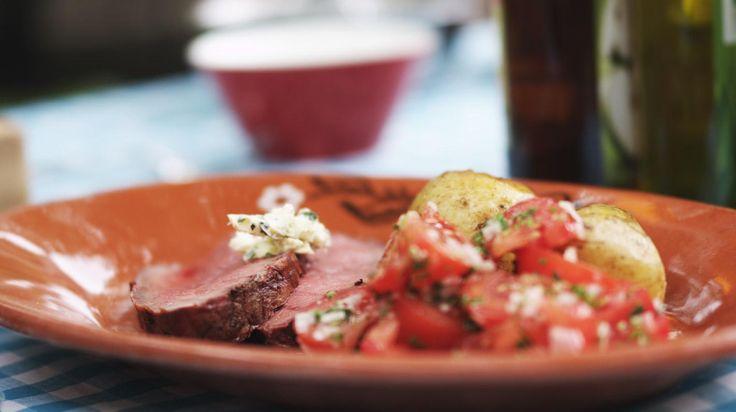 Bij een zonnige lentewandeling hoort gewoon de geur van barbecue die komt aanwaaien. Groot gelijk hebben die barbecueënde mensen, want niets is zo gezellig als samenkruipen rond een stukje garend vlees. Jeroen is niet zo'n fan van een groot assortiment op de barbecue; hij maakt liever één volledige maaltijd. Deze keer kiest hij voor een sappige gemarineerde rosbief met kruidige gepofte aardappelen en een eenvoudig tomatenslaatje.