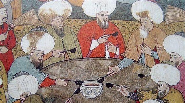 Diş kirası geleneği nedir? Bütün bir cihana misafir ağırlama dersleri veren bir okul gibidir Osmanlı coğrafyası. Allah tarafından gönderildiğine inanılan ve evi şereflendiren misafiri ağırlamak, Osmanlı uygarlığı için başlı başına bir sanattır. Osmanlı Devleti, misafirperverlikte öylesine üstün bir kültür geliştirmiştir ki bu eşsiz kültürün izlerini halen barındırsak da, inceliğini ve zarafetini tekrar hatırlamamız gerekir.