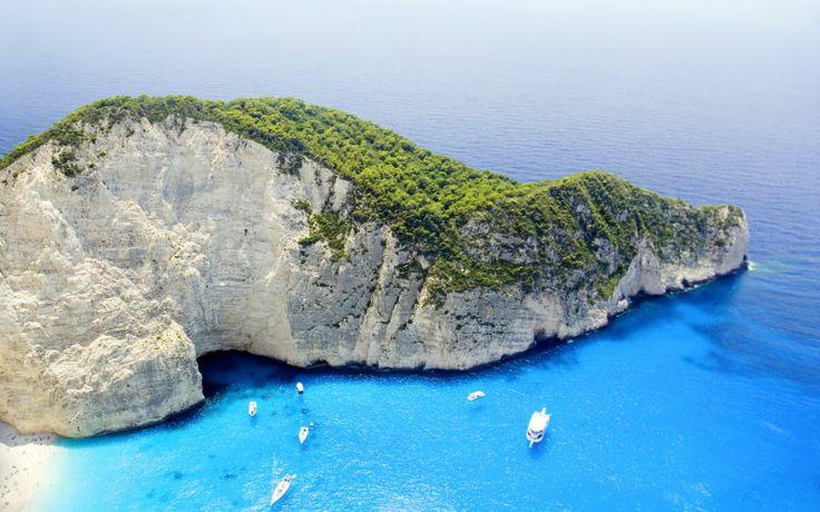 Blot en af de smukke udsigter du kommer til at opleve, hvis du rejser til skønne Zakynthos. Waw siger vi bare! Se mere på www.apollorejser.dk/rejser/europa/graekenland