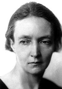 Irene Joliot Curie nació el 12 de septiembre de 1897 en París, hija de los físicos Piere y Marie. Estudió en la Universidad de París y desde 1918 ayudó a su madre en el Instituto del Radio de esta universidad. Fue miembro de la Comisión de Energía Atómica francesa desde 1946 a 1951 y directora del Instituto del Radio desde 1947. Oficial de la Legión de Honor en 1939, recibió otros muchos honores por su contribución a la física nuclear.