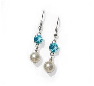 Mooie silverplated parel oorbellen met een swarovski steen in de kleur aquamarine. www.bellalucasieraden.nl