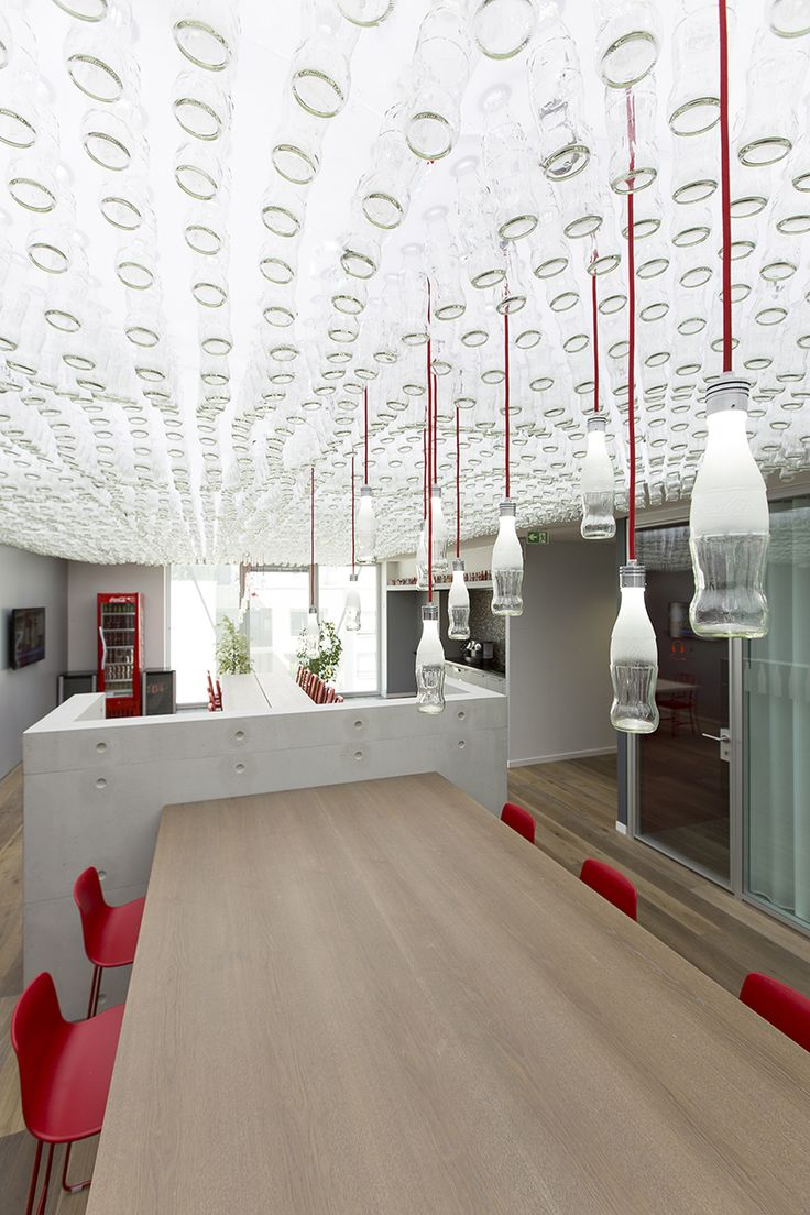 Après dix années passées dans les mêmes locaux, Coca-Cola France a récemment emménagé dans des nouveaux bureaux de plus de 2800 m2 à Issy Les Moulineaux, partagés avec leur partenaire embouteilleur Coca-Cola Entreprise.  Situé au 4ème étage d'un immeuble neuf et très performant au n