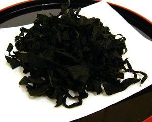 Cut Wakame - Rumput Laut Kering 250gram Cut wakame adalah makanan khas jepang yang di keringkan yang terbuat dari rumput laut yang hidup di perairan Jepang. Pada umunya wakame berwarna hijau tua dan memiliki ukuran yang tipis. Wakame dapat di makan dalam keadaan kering atau basah. Cut wakame sering digunakan untuk masakan: - Sup - Miso - Dll Selain masakan Jepang, cut wakame dapat juga digunakan pada masakan Chinese food & Korean Food