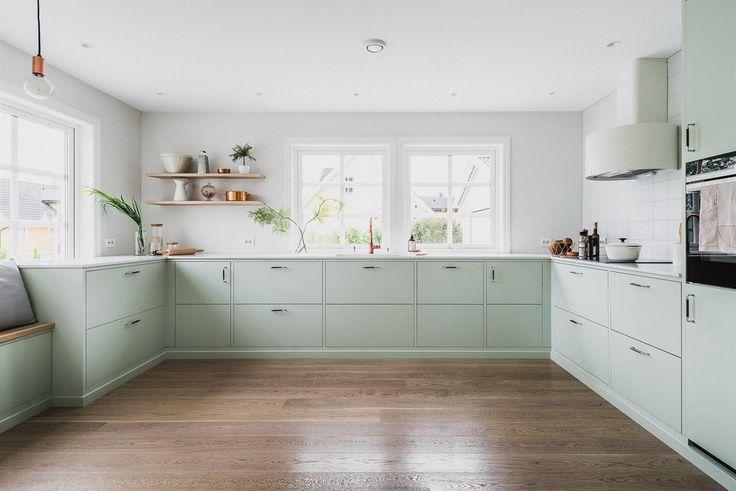Klassisk innredning fra Drømmekjøkkenet med glatte fronter i lindblomstgrønn - en myk og innbydende farge som speiler de tidsaktuelle interiørtrendene.