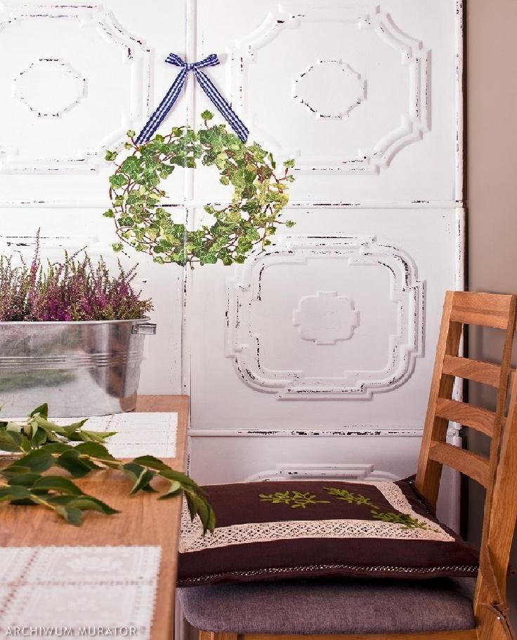 Ręczne robione wianki ozdobne to unikatowa dekoracja wnętrz. Wianki to romantyczna ozdoba - słomiane, wiklinowe, suszone, z naturalnymi motywami kwiatów udekorują każdy dom. Wianki mogą być dekoracją stołu, drzwi zewnętrznych lub ściany. Przeczytaj jak zrobić wianki zdjęcia – 10 inspiracji w galerii zdjęć.