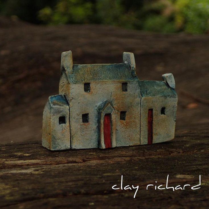 Hen ffermdy gyda drysau coch ~ An old farmhouse with red doors. #clayrichard…