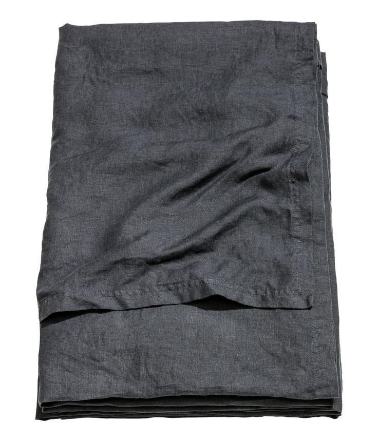 Antracitgrå. PREMIUM QUALITY. Ett enkelt överkast i tvättat linne med dubbelstickad kantsöm. Torktumla gärna för att behålla mjukheten i linnet.