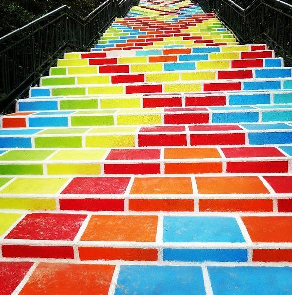 Genaro Lopez propose un projet artistique aux habitants du quartier afin d'embellir les escaliers de la rue Prunelle, dans le 1er arrondissement de Lyon.
