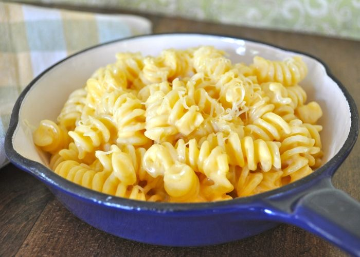 La pasta al formaggio fuso è un piatto umbro preparato con mozzarella, fontina, groviera e parmigiano. Ecco i passaggi per cucinare la pasta al formaggio fuso.