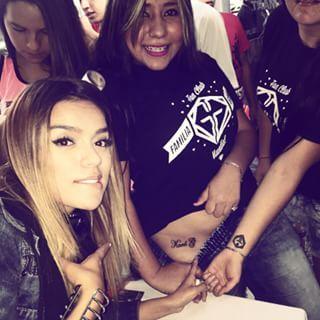 Y en la firma de autógrafos, Me encontré con cosas bastante particulares ♡♡♡ Más tattoos de Karol G  ... La familia crece y crece. Gracias Pereira por su cariño !! Hoy el turno es para Medellín y mañana Nos vemos NY