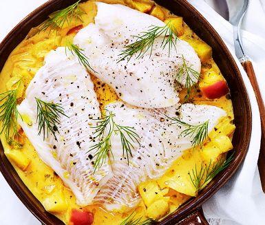 V12 En fantastiskt god torsk med äpple- och currysås, där den gula färgen sätter guldkant på denna rätt. Fänkål, äpple och lök fräses i en kastrull innan curry, tomatpuré, grädde och buljong tillsätts för att få till krämighet i såsen. Servera såsen tillsammans med saftig torsk, potatis och rostad lök.