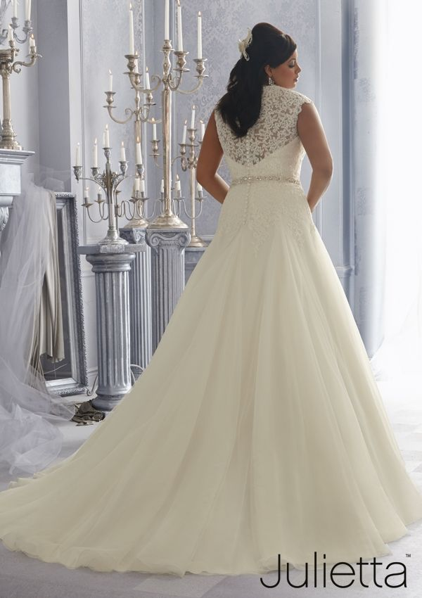 wunderschöne XXL-Brautrobe mit viel Spitze und ausgestelltem Tüllrock von Madeline Gardner - Mori Lee