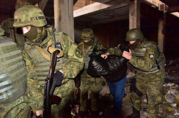 """Полицейский спецназ на Донбассе """"штурмовал"""" опасный дом - Видео http://proua.com.ua/?p=64564"""
