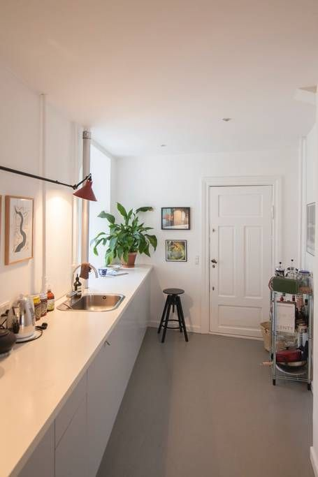 Airbnb | Apartamento em Copenhaga, Dinamarca. Light, modern & newly renovated flat! Perfectly located 10 minutes walk from city center and in the middle of the buzzing Vesterbro.   3 rooms: large dinning/living room, guest room w. single bed & bedroom w. double bed. Large kitchen & bath room.